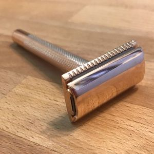 Oui Shave rose gold razor